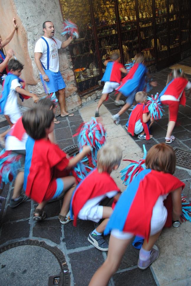 I bambini della contrada PIO (vicolo del Pio che si trova sul retro del Palazzo dei Capitani)