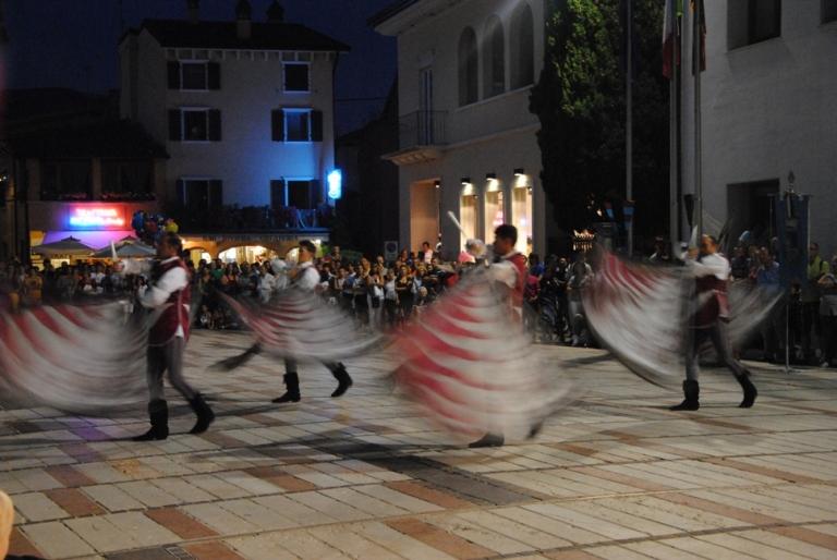 sbandieratori nella piazza del Municipio di Garda