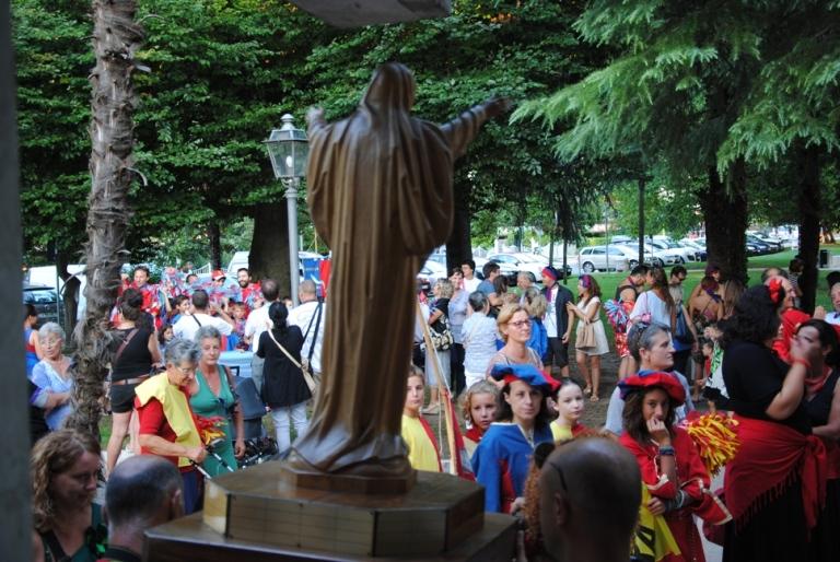 la statua lignea della Madonna, in attesa di essere portata in processione