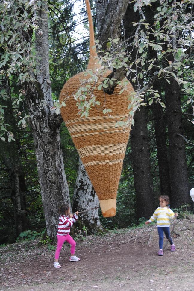 DRAGO di Rigorth: l'albero cresce attraverso l'opera. E' un drago proveniente da tempi antichi che sopravvive nella fantasia dei bambini