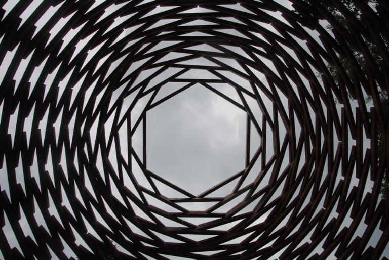 SENZA TITOLO 169 di Aeneas Wilder: particolare dell'apertura della cupola. La struttura è aperta ma racchiude lo spettatore in uno spazio intimo, ricorda una montagna, una pigna, una gemma, un rifugio alpino...