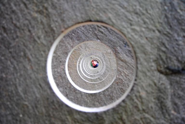 PIETRE di Lelong: un invito a guardare attraverso, a spingere sempre in là l'attenzione, a guardare oltre l'apparenza.