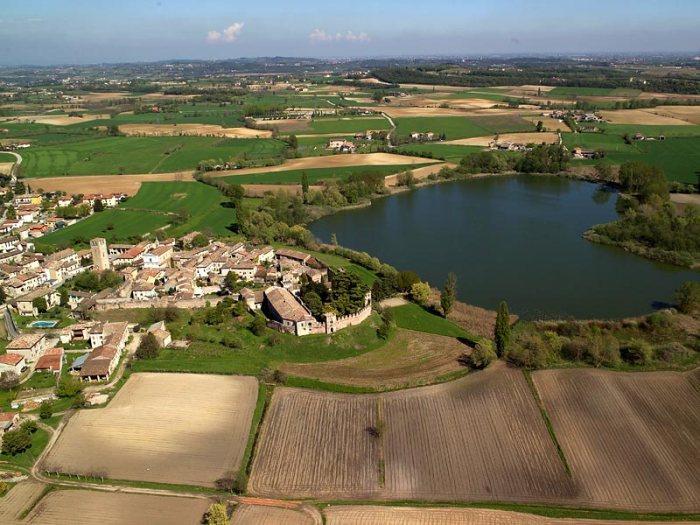 il borgo di Castellaro Lagusello ed il laghetto a forma di cuore