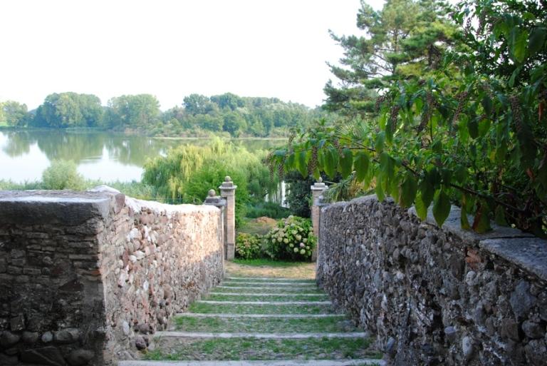 L'accesso al lago che parte da Villa Arrighi