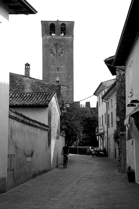 la strada che conduce al centro di Castellaro
