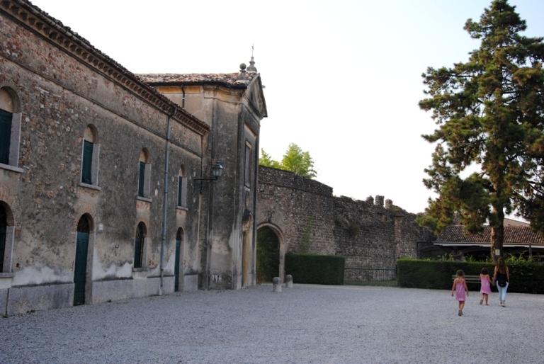 piazzetta di Villa Arrighi con l'oratorio di S. Giuseppe