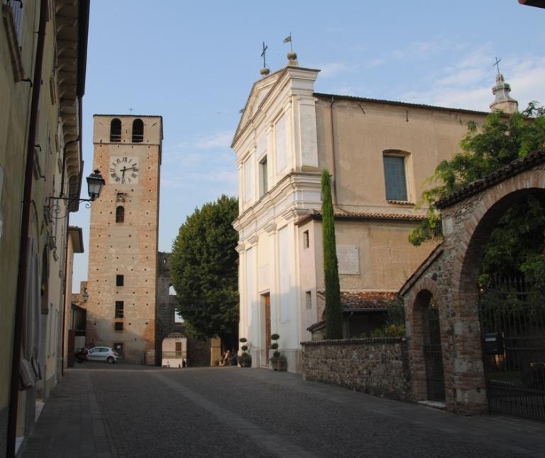 la torre dell'orologio e la chiesa