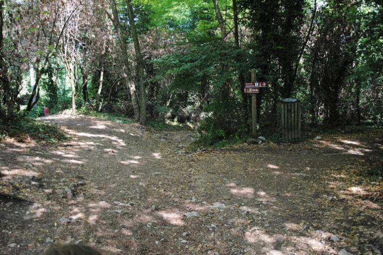 A sinistra i 2 sentieri che salgono da Garda, a destra il sentiero che porta alla Rocca dei Monaci
