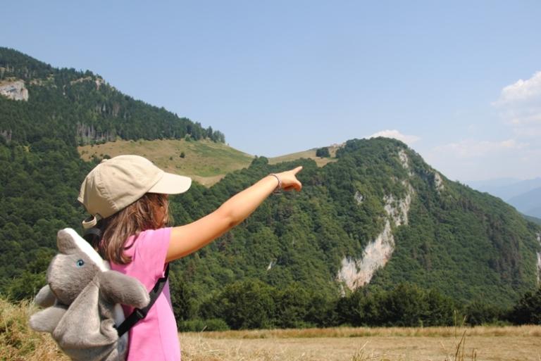 il ditino segna il nostro punto di arrivo... Sulla sinistra (fuori campo), il Monte delle Erbe che abbiamo attraversato
