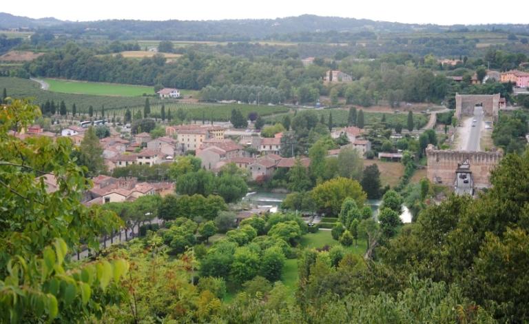 Borghetto fotografato dal castello: sulla destra si vede il ponte visconteo
