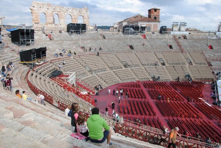 interno. Sulla sinistra si vede l'ala dell'arena, oltre, a destra il campanile di s. Nicolò