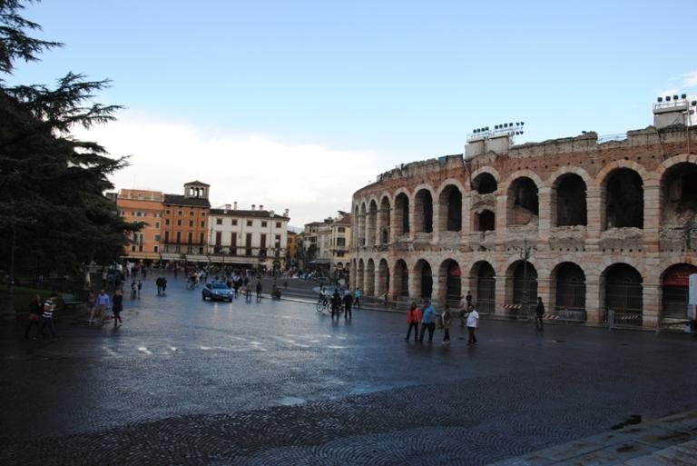 l'arena fotografata dalla scalinata di palazzo Barbieri, sede del comune. Sullo sfondo: i palazzi che si affacciano sul Liston