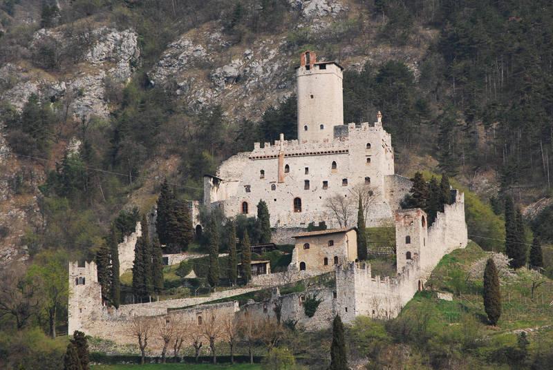 Il castello di avio una famiglia sul lago di garda for Piccoli piani casa castello