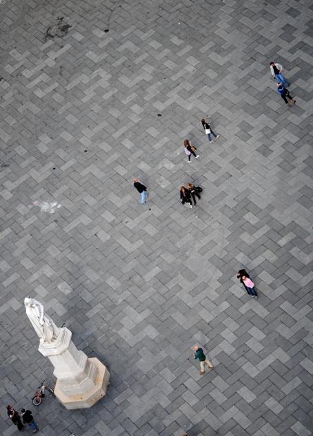 la statua di Dante in Piazza del Signori, detta, appunto, anche Piazza Dante