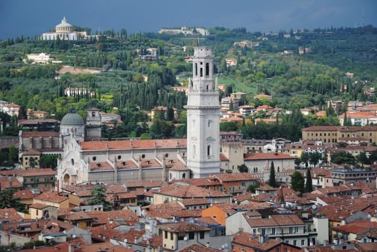 Il duomo di Verona, facilmente riconoscibile dal campanile incompiuto. Sullo sfondo, a sinistra in alto, la cupola del Santuario della Madonna di Lourdes sulle Torricelle