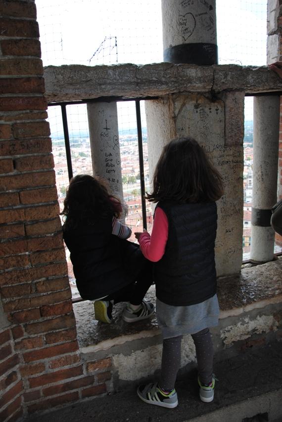 le bambine hanno provato a riconoscere dall'alto i luoghi conosciuti, in attesa dell'assordante GOOOONG della campana
