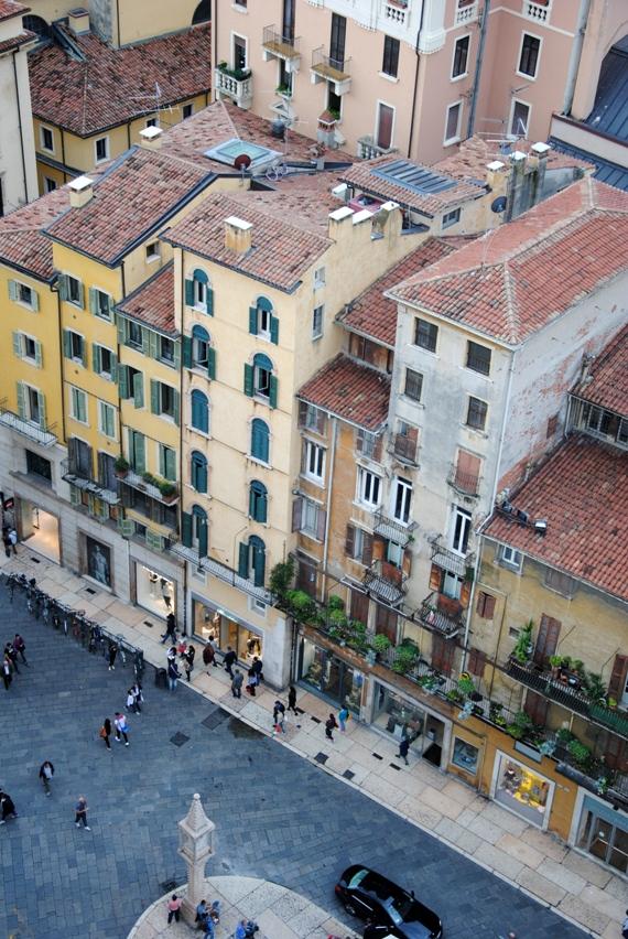 Piazza Erbe, nel tratto verso via Mazzini, la strada dello shopping veronese