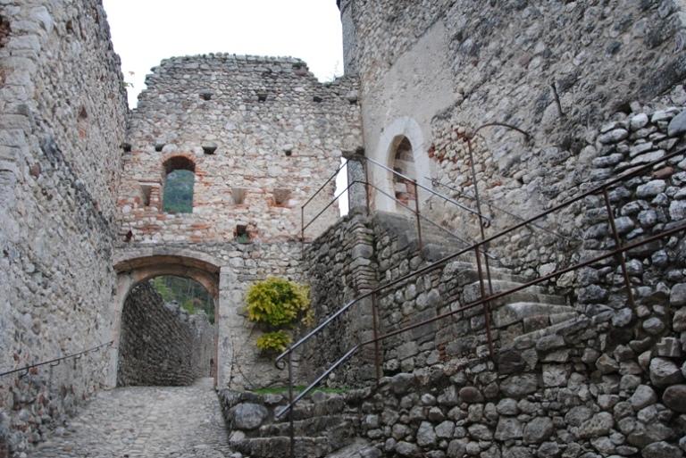 Una delle 5 porte del sentiero delle mura che si percorre per arrivare al Mastio