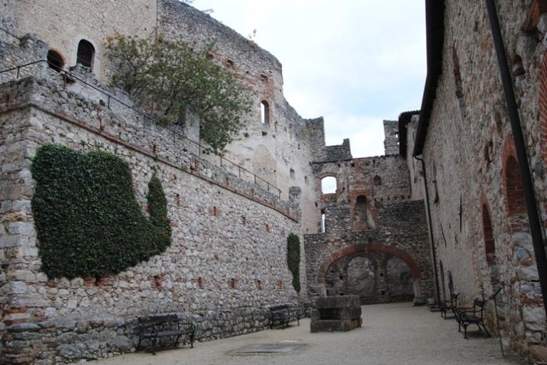 Il cortile tra il Mastio e il Palazzo Baronale