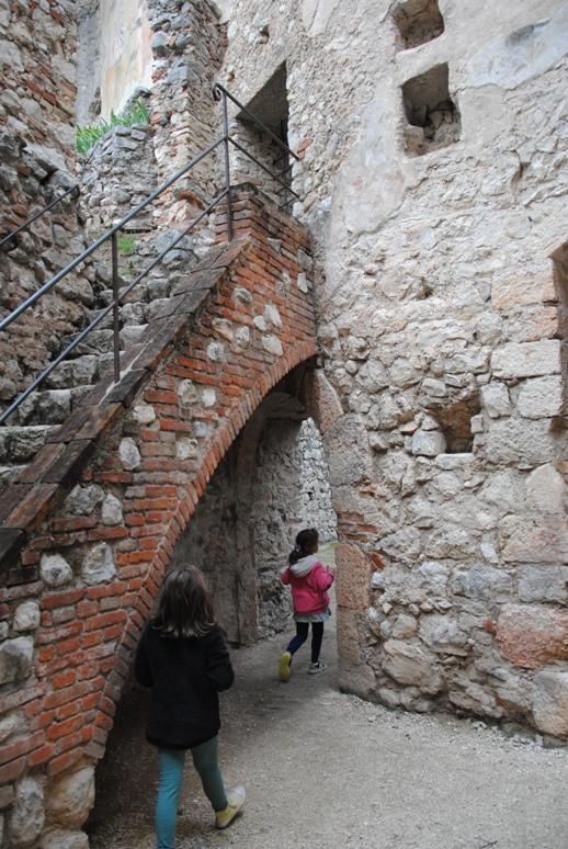 le indicazioni ci hanno portato alla scoperta delle enormi cucine del castello