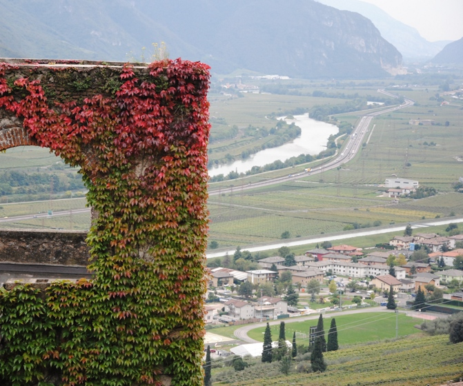 la torre Picadora. Sullo sfondo: la Vallagarina e l'Adige