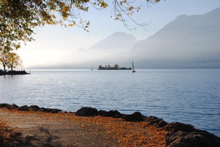 La passeggiata. Sullo sfondo si vede l'isola di Trimelone.