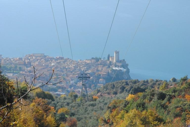 I cavi della funivia che sale dal centro di Malcesine a San Michele
