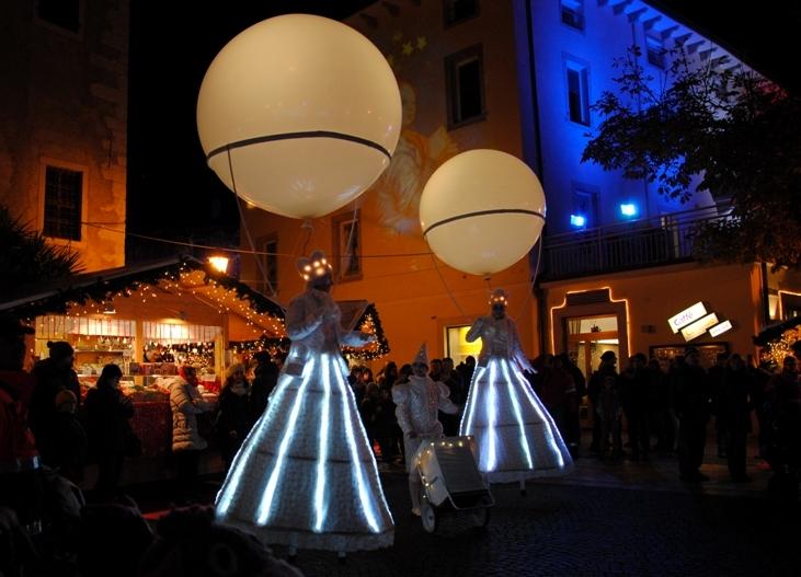spettacoli itineranti al mercatino di Arco