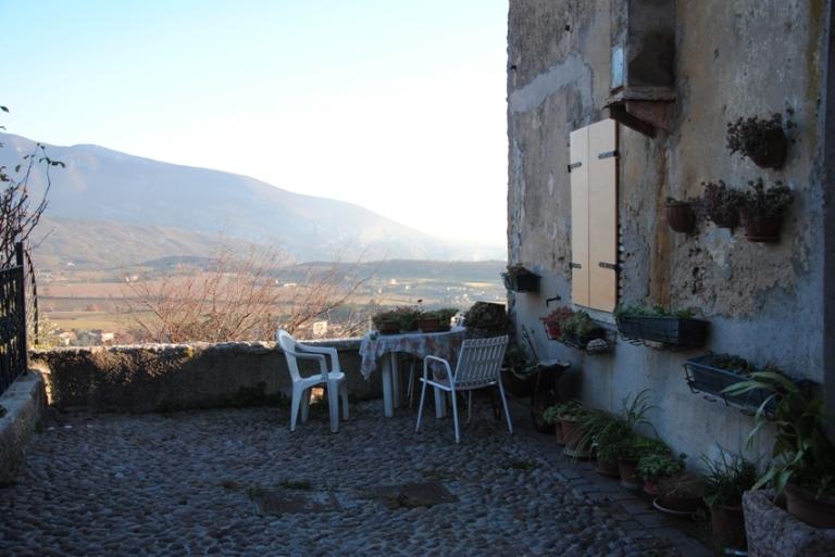 A lato della chiesa, la strada termina davanti ad un belvedere che domina tutta la piana di Caprino.