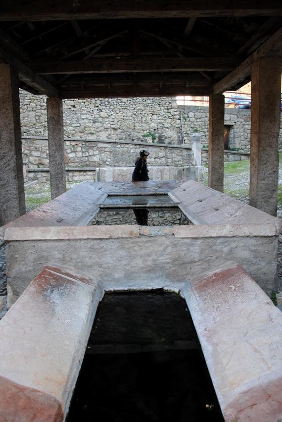 Tenno: antico lavatoio appena fuori dal borgo