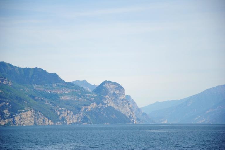 Lo sperone roccioso su cui sorge l'eremo di Montecastello, fotografato durante la traversata con il traghetto