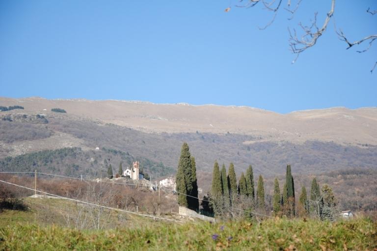 il monte Baldo e la chiesetta di Braga, visibile lungo la discesa verso la valle del Tasso