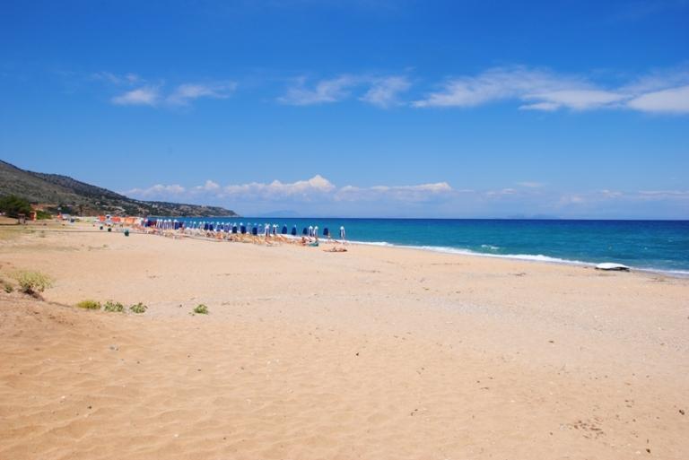 spiaggia di Skala, paese del sud pieno di bei ristoranti