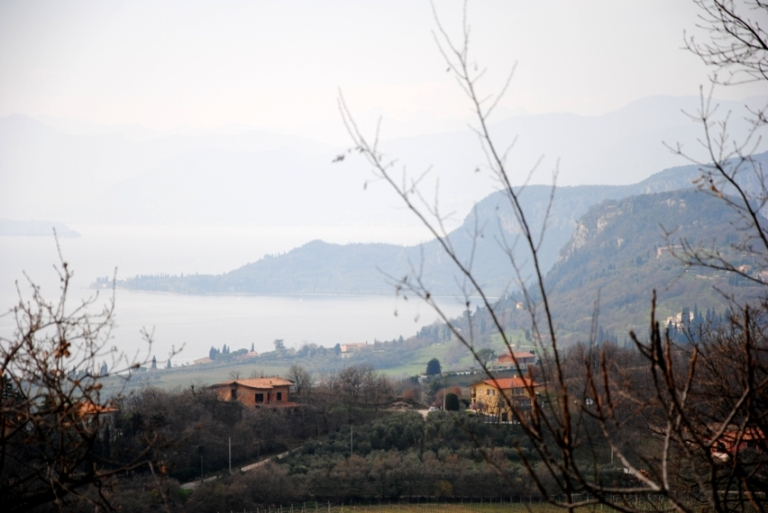 Guardano in direzione Garda: la Rocca e Il Monte Luppia