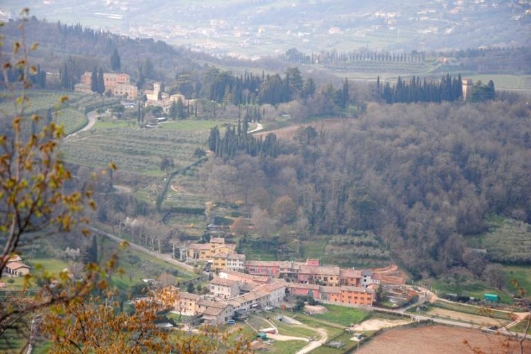 Il borgo della Pertica e, sopra Villa Giuliari di Albarè.