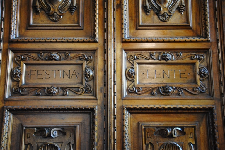 Festina lente (affrettati lentamente), il motto di Cosimo I de Medici presente ovunque a Palazzo Vecchio