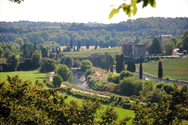 La valle del Mincio con il ponte visconteo di Borghetto