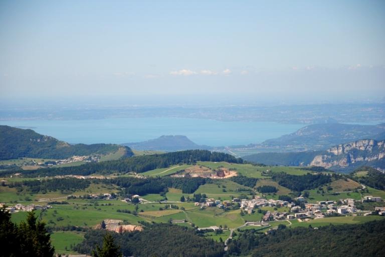 si vedono chiaramente le 2 Rocche di Garda ed il Monte Luppia